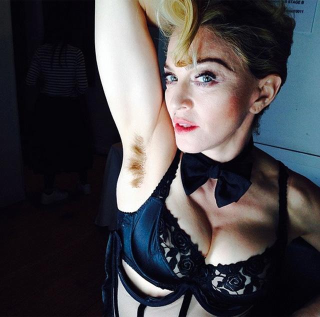 Madonna avec des poils légèrement teinté